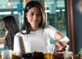 Frau, die im Café bestellt foto
