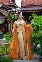 thailändische Frau in traditioneller Tracht