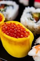 frisches, gesundes und leckeres orientalisches Sushi mit Meeresfrüchten foto