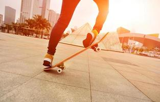 Skateboarding Frauenbeine