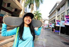 junge Frau Skateboarder auf der Straße foto