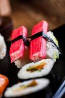 rohe Meeresfrüchte, japanisches Sushi-Set foto
