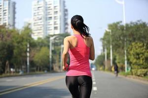 gesunde lfiestyle sportliche Frau, die an der Stadt läuft foto