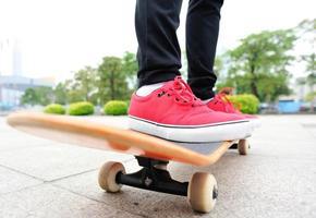 Beschleunigung der Skateboardfrau foto