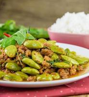 Sato gebratenes Schweinefleisch Curry. südländisches Essen von Thailand foto