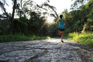 Läuferathlet, der auf Waldweg läuft. foto