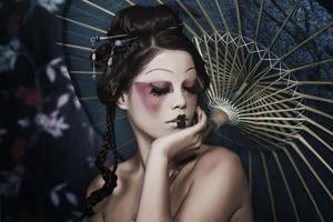 Modeporträt des schönen weißen Mädchens in der Geisha-Kleidung foto