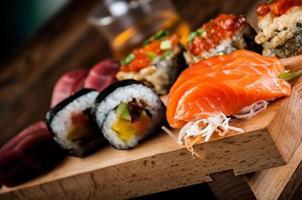 Meeresfrüchte, japanisches Sushi auf dem alten Holztisch foto