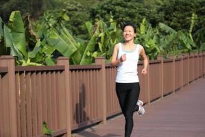 gesunde Frau, die im Freien joggt foto