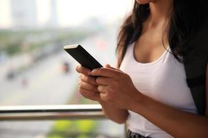 Hände benutzen Smartphone in der Stadt foto