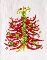 heißer Chili-Weihnachtsbaum auf weißem hölzernem Hintergrund, Draufsicht foto
