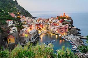 Cinque Terre (italienische Riviera), Vernazza bei Sonnenaufgang foto