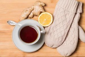 Tasse Tee mit Honig, Ingwer und Zitrone foto