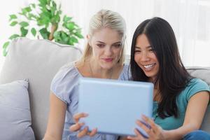 zwei Freunde, die Foto mit Tablet-PC machen