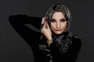 schöne arabische Frau, die Abaya trägt foto