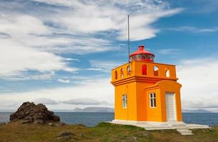 gelb orange Leuchtturm und blauer Himmel foto