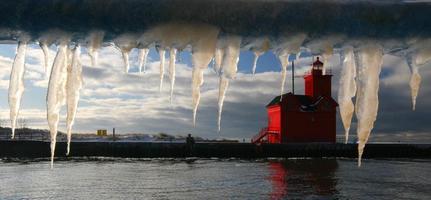 Eiszapfen und großer roter Leuchtturm foto
