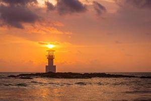Leuchtturm im Meer foto