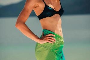 Frau, die Sarong am tropischen Strand trägt
