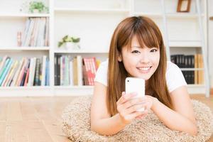 Frau, die das Smartphone benutzt foto