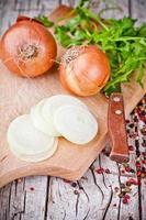 frische Zwiebeln, Messer und Petersilie foto