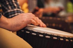 Person spielt auf Jambe Drum kein Gesicht