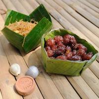 Thailand traditionelles, süßes Essen Dessert und alte Münzen auf foto