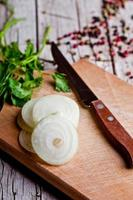 frisch geschnittene Zwiebeln, Pfefferkörner und Petersilie foto