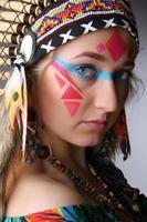 Porträt eines Mädchens im Bild des amerikanischen Ureinwohners