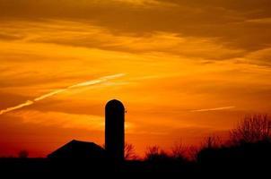 Sonnenuntergang auf dem Bauernhof foto