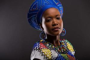 afrikanische Modefrau, die die Kamera betrachtet foto