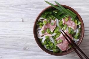 vietnamesische Pho Bo Suppe mit Rindfleisch Nahaufnahme. Draufsicht