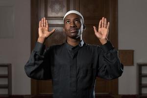 afrikanischer Muslim, der in der Moschee betet