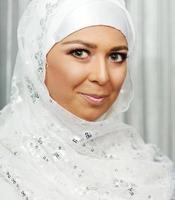 schöne junge orientalische Braut, die für Hochzeit vorbereitet