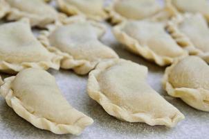Käseravioli liegen auf dem Küchentisch foto