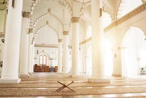 Innenraum der malaysischen Moschee foto