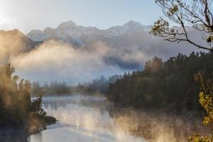 Blick auf die Südalpen vom Lake Matheson, Nebel am frühen Morgen