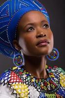 Zulu Mädchen schaut auf foto