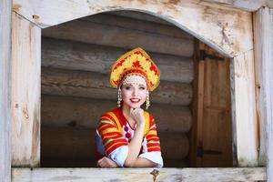 russisches Mädchen in einem Kokoshnik