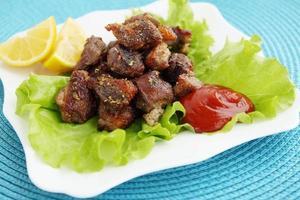 Fleisch mit Sauce und Zitrone