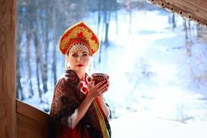 russisches Mädchen in einem Kokoshnik foto