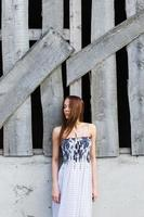 junge Dame in der Nähe von verlassenem Gebäude foto