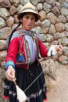 peruanische Frau, die Wolle spinnt, das heilige Tal, Chinchero