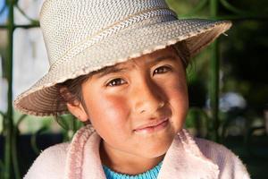 bolivianisches Mädchen in nationaler Kleidung, Copacabana, Bolivien foto