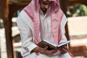 junger muslimischer Typ, der betet