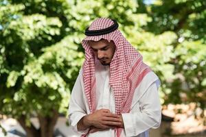 Der muslimische Mann betet in der Moschee