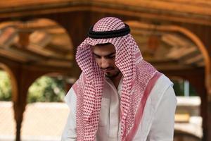 muslimischer Mann, der an Moschee betet