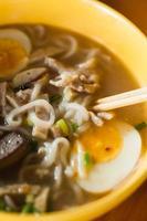 traditionelle Nudelsuppe nach laotischer Art.