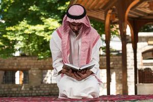 junger muslimischer Typ, der betet foto