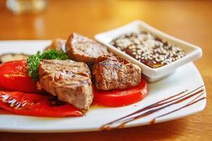 Grill mit Sauce und Gemüse